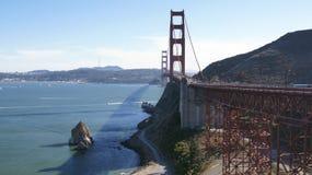 САН-ФРАНЦИСКО, США - 4-ое октября 2014: Мост золотого строба с городом SF на заднем плане, увиденный от Headlands Marin Стоковая Фотография