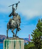 Сан-Франциско, CA США - легион почетности - конноспортивная статуя с мостом золотого строба в расстоянии Стоковое фото RF