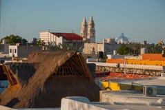 Сан-Франциско de Кампече, Мексика: Взгляд сверху домов и собора стоковое изображение rf
