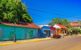Сан-Хуан del Sur, Никарагуа - 11-ое мая 2018: Внешний взгляд домов в Хуане del Sur, Никарагуа Это главные туристы Стоковые Фото