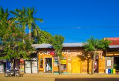 Сан-Хуан del Sur, Никарагуа - 11-ое мая 2018: Внешний взгляд домов в Хуане del Sur, Никарагуа Это главные туристы Стоковое Фото