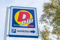 Сан Donato Milanese, Италия - 15-ое октября 2017: D Piu супермаркет скидки бюджета Стоковое Изображение