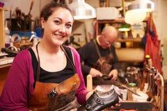 Сапожники работая в мастерской, портрет стоковая фотография rf