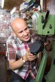 Сапожник работая в atelier ботинка Стоковое Изображение RF