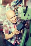 Сапожник работая в atelier ботинка Стоковые Изображения RF