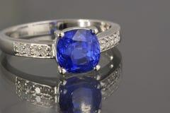 сапфир кольца диамантов Стоковое Фото