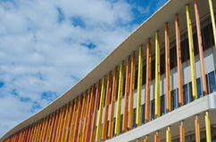 Сарагоса, Испания - 15-ое сентября 2015: Закройте вверх современной стены здания Архитектурноакустическая предпосылка текстуры Стоковая Фотография