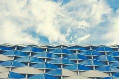 Сарагоса, Испания - 15-ое сентября 2015: Закройте вверх современной стены здания Архитектурноакустическая предпосылка текстуры Стоковые Фотографии RF