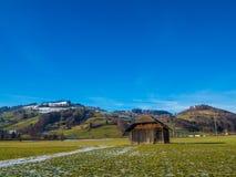 Сарай в зеленом поле Стоковые Фото
