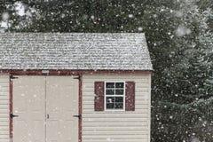 Сарай в падая снеге Стоковые Фото