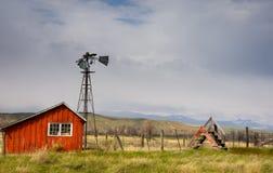 Сарай красного цвета и старая сцена фермы ветрянки в Колорадо Стоковое Изображение