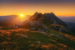 Сарай на горной цепи Urkiola на заходе солнца Стоковое фото RF