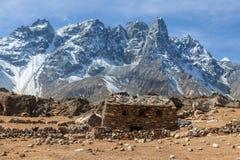 Сарай построенный камней в высоких гималайских горах Стоковая Фотография