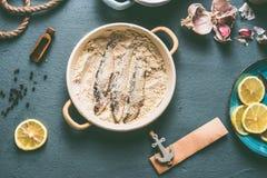 Сардины в мякишах хлеба на предпосылке кухонного стола с ингридиентами: лимон, чеснок и травы для вкусный варить морепродуктов стоковые фотографии rf