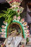 Сари Canang в поляке для торжества Galungan, острове Penjor Бали, Индонезии Стоковое фото RF