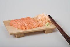 Сасими взгляд сверху сырцовый salmon на деревянной доске, и палочки Стоковое Изображение RF
