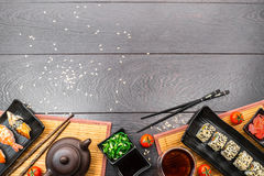 Сасими суш установленные и крены и томаты суш на темной предпосылке Стоковые Фотографии RF