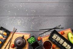 Сасими суш установленные и крены суш на темной предпосылке Стоковое Фото