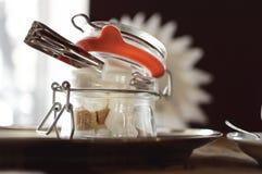 Сахар белых и желтого сахарного песка уточненный в стеклянном шаре сахара на таблице в кафе Конец-вверх стоковая фотография