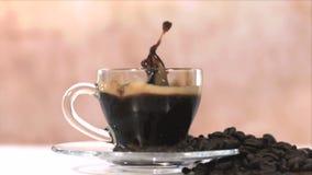 Сахар брызгая в чашке кофе сток-видео