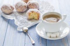 Сахар замороженности donuts десерта молока кофейной чашки сладостный Стоковые Изображения RF