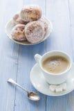 Сахар замороженности donuts десерта молока кофейной чашки сладостный Стоковые Фотографии RF