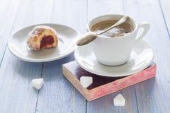 Сахар замороженности donuts молока кофейной чашки сладостным сдержанный десертом Стоковое фото RF