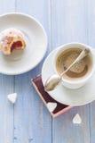 Сахар замороженности donuts молока кофейной чашки сладостным сдержанный десертом Стоковые Изображения RF