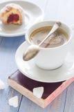 Сахар замороженности donuts молока кофейной чашки сладостным сдержанный десертом Стоковое Изображение RF