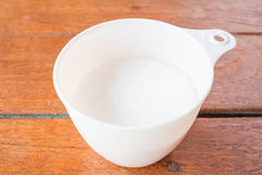 Сахар хлебопекарни белый измеренный в чашке Стоковое Фото