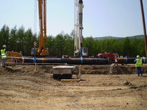 Сахалин, Россия - 18-ое июля 2014: Конструкция газопровода на земле Стоковая Фотография