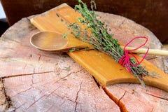 сад ароматичной предпосылки свежий сжал rosemary петрушки мяты трав травы тимиан старого мудрый деревянный Тимиан, розмариновое м Стоковые Изображения