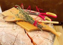 сад ароматичной предпосылки свежий сжал rosemary петрушки мяты трав травы тимиан старого мудрый деревянный Тимиан, розмариновое м Стоковая Фотография