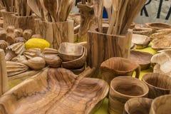 Салатницы, утвари сделанные из древесины, ложки кухни, вилки, spatu Стоковые Фото