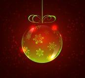 Салатовый стеклянный шарик с снежинками на красной предпосылке Стоковые Изображения