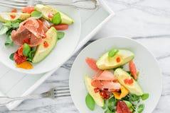 Салаты авокадоа на плитах на мраморной таблице Стоковое Изображение