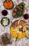 салаты сока виноградин плодоовощ фокуса корзины банкета предпосылки яблока померанцовые ставят tartlets на обсуждение стоковое изображение