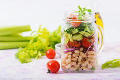 Салат белых фасолей, томата, сельдерея, огурца, arugula, красного лука и сыра фета в опарнике Стоковые Фото