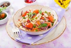 Салат белых фасолей, томата, arugula, красного лука и перца в шаре Стоковое Изображение RF