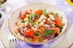 Салат белых фасолей, томата, arugula, красного лука и перца в шаре Стоковые Изображения RF