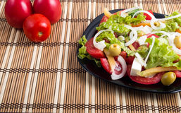 Салат взгляда крупного плана свежий естественный с сырцовым томатом, огурцом, oliv Стоковые Фото