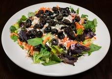 Салат горгонзоли и черной оливки на плите Стоковые Изображения