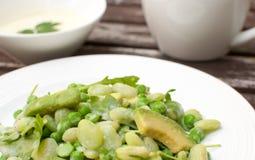 Салат горохов, arugula и авокадоа с сметанообразной шлихтой Стоковые Изображения