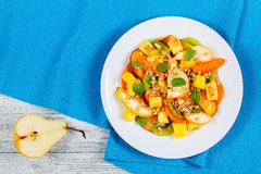 Салат груши, кивиа, абрикоса, манго и персика Стоковые Фотографии RF