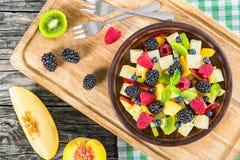 Салат лета плодоовощ и ягоды украшенный с листьями мяты Стоковые Фото