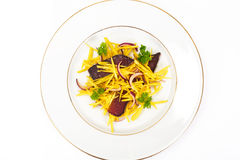 Салат желтых свекл с красным луком и отрывистым говядины Стоковые Изображения RF