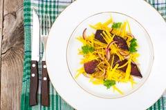 Салат желтых свекл с красным луком и отрывистым говядины Стоковое Фото
