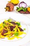 Салат желтых свекл с красным луком и отрывистым говядины Стоковое Изображение RF