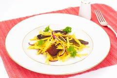 Салат желтых свекл с красным луком и отрывистым говядины Стоковые Фото