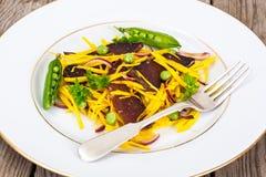 Салат желтых свекл с красным луком и отрывистым говядины Стоковые Изображения